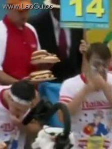 国庆节吃热狗大赛 冠军10分钟狂吃61个热狗